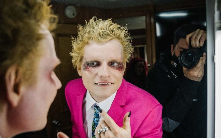 Соскучились по Эду Ширану? Встречайте гламурного вампира!