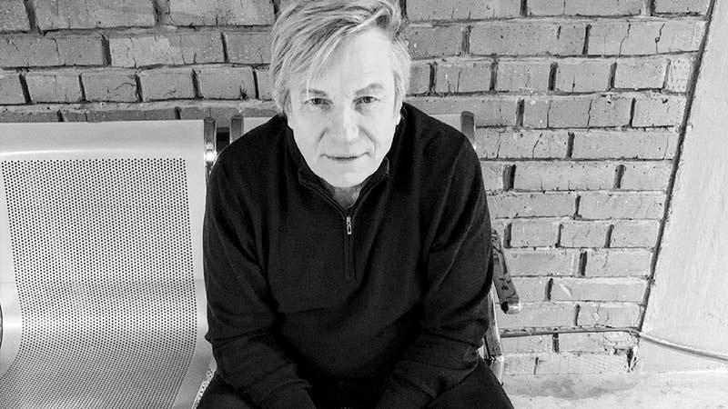 cherno-beloe foto Viktor Saltikov  sidit na divane