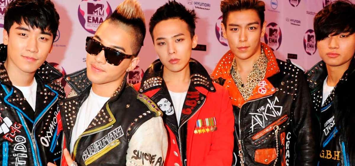 Фронтмена популярной кей-поп группы обвинили в сутенерстве
